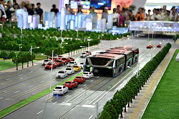 Conheça o 'ônibus do futuro' que trafega sobre carros