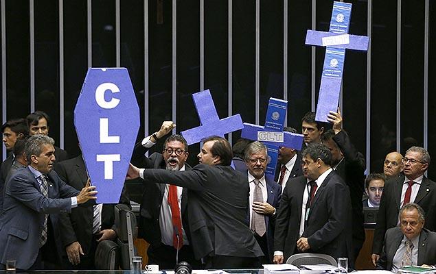 Câmara aprova reforma trabalhista, que segue agora para o Senado