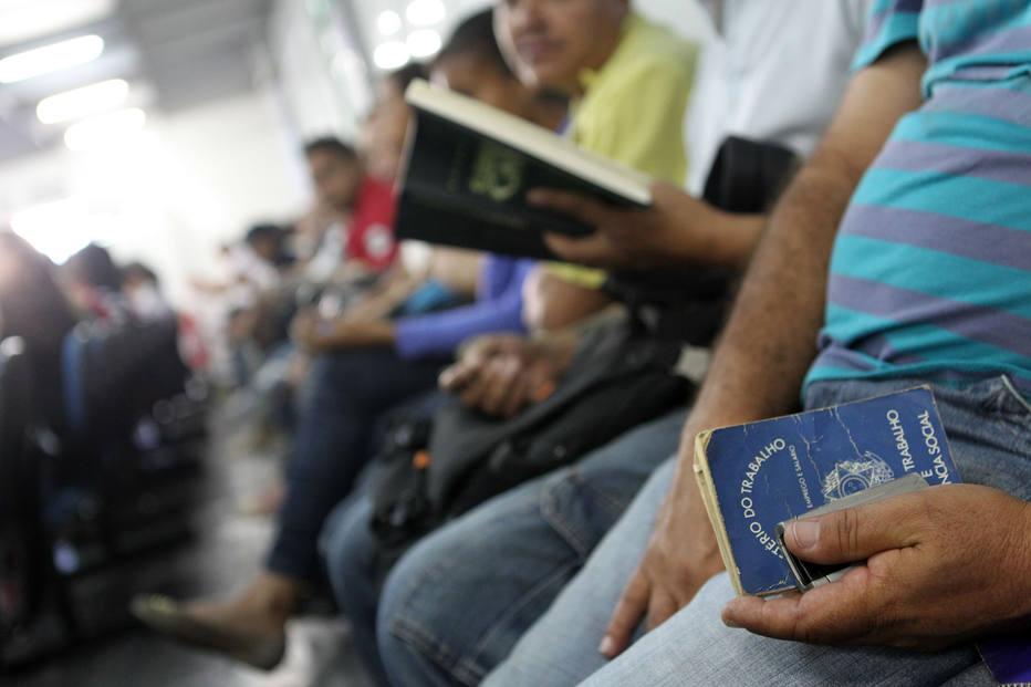 Desemprego no País recua para 11,8% em dezembro, mas média é a maior desde 2012