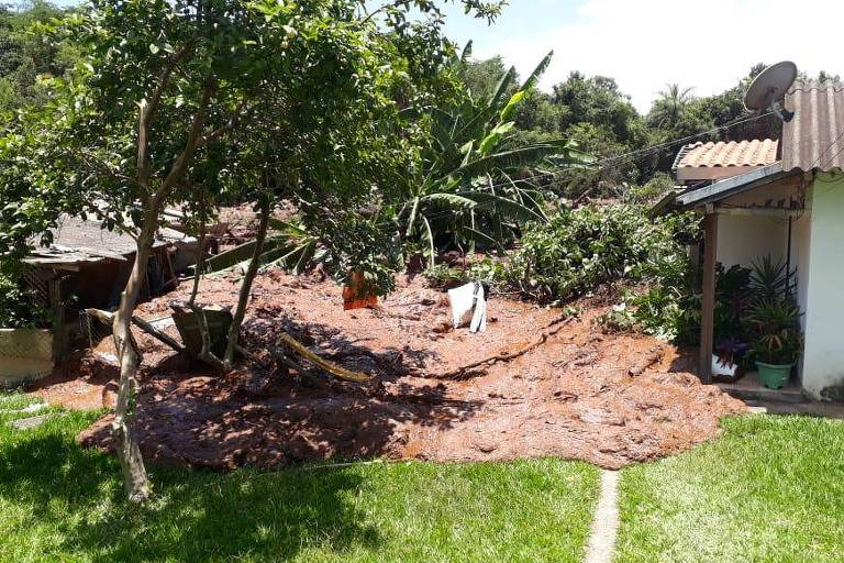Barragem se rompe e casas são atingidas em Brumadinho, em Minas Gerais