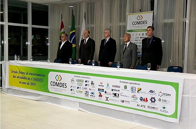 Presidente do Senge-SC na coordenação do COMDES