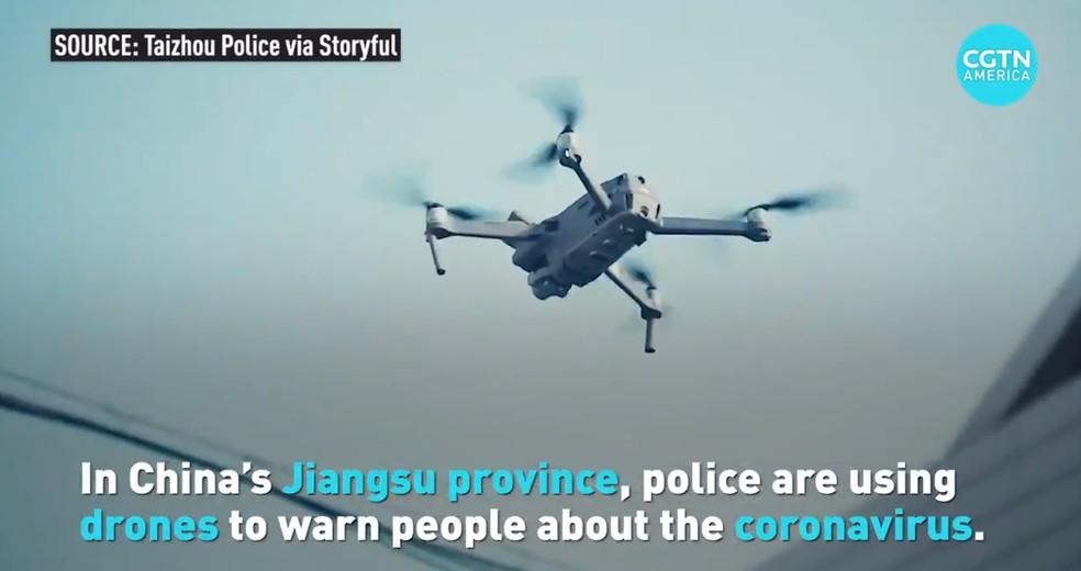 Drones são usados pela polícia para alertar sobre o risco do novo coronavírus na China