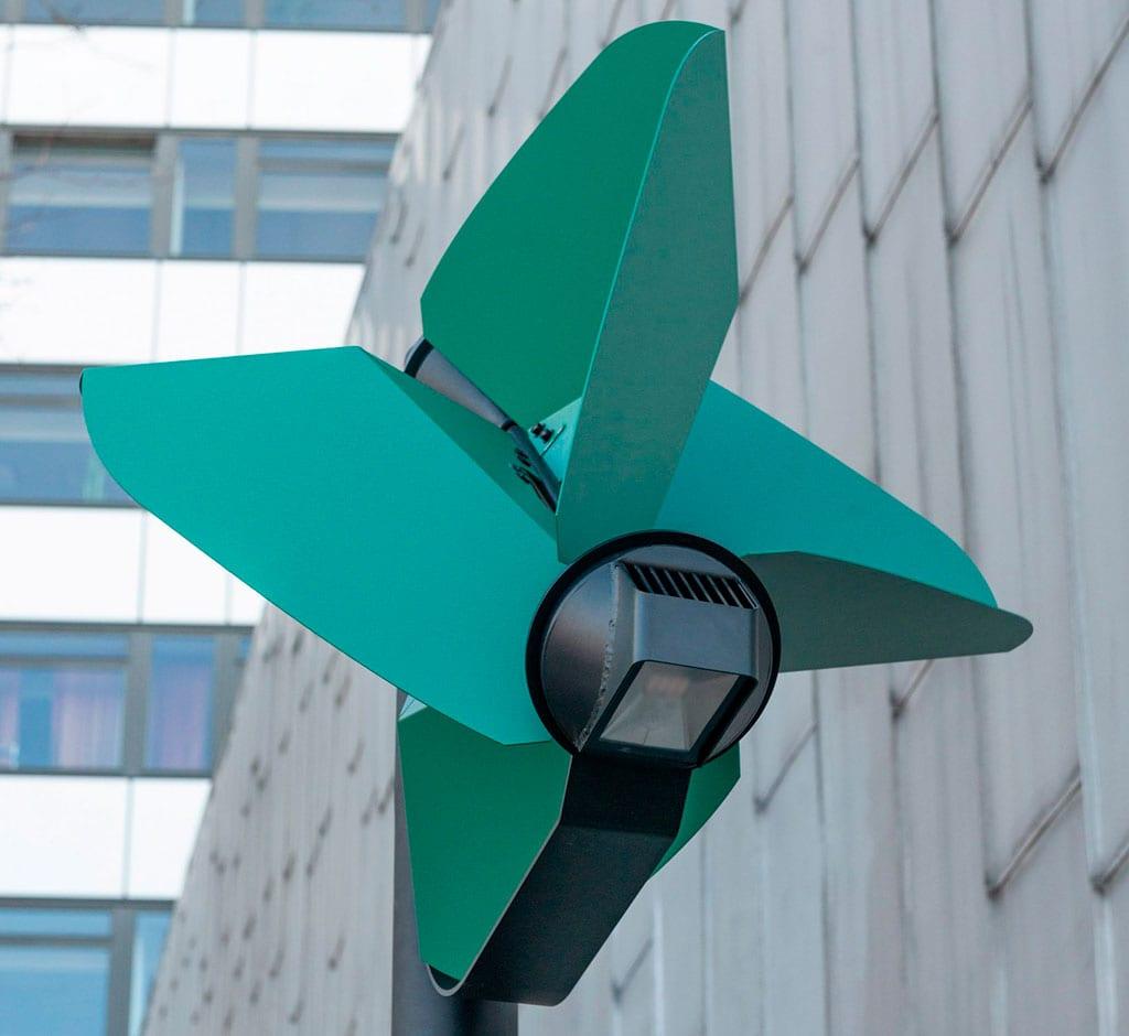 Estudante cria poste de luz autossuficiente para cidades